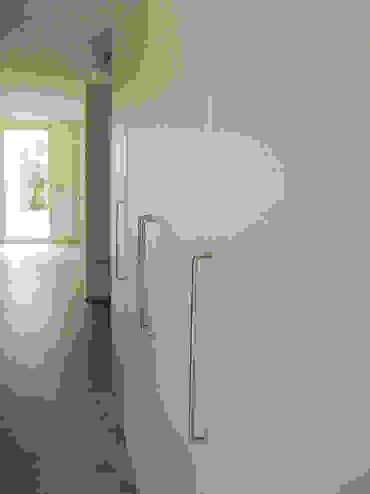 Vestíbulo de acceso Pasillos, vestíbulos y escaleras de estilo minimalista de Solé Studio Minimalista