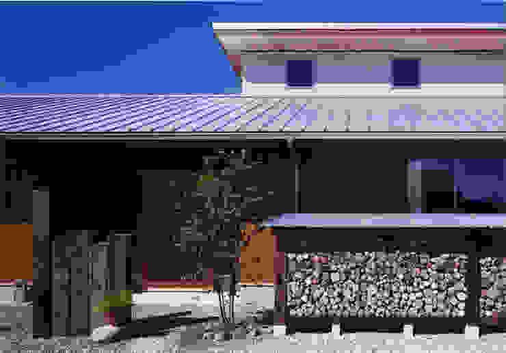 薪塀の家 外観近景 日本家屋・アジアの家 の 東山明建築設計事務所 和風