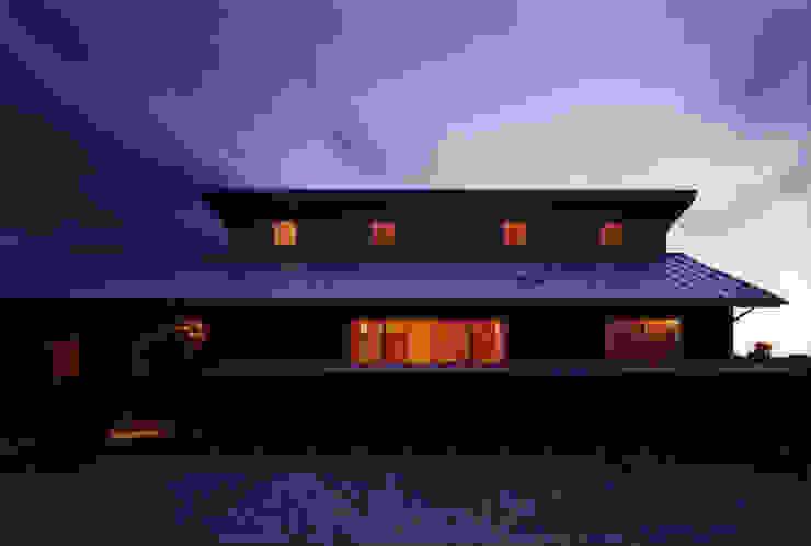 薪塀の家 外観夕景 日本家屋・アジアの家 の 東山明建築設計事務所 和風