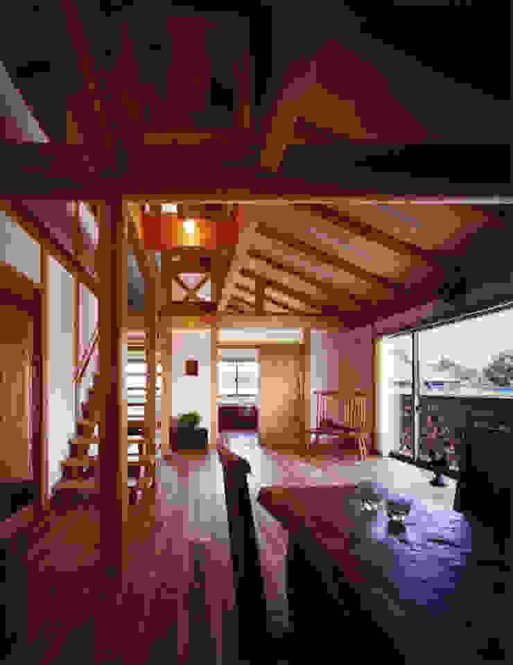 薪塀の家 内観 若夫婦の居間 和風デザインの リビング の 東山明建築設計事務所 和風