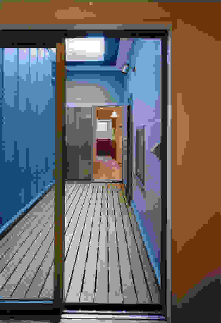 . モダンデザインの テラス の MOW Architect & Associates モダン