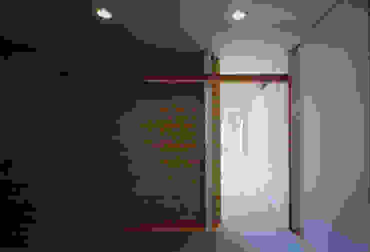 . モダンスタイルの 玄関&廊下&階段 の MOW Architect & Associates モダン