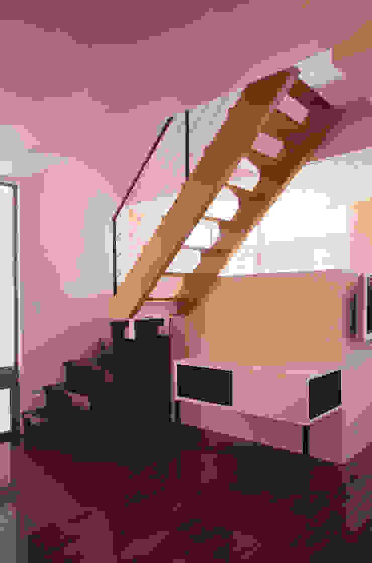 3階への階段 奥は店舗待合いの吹抜け モダンスタイルの 玄関&廊下&階段 の 北川裕記建築設計 モダン