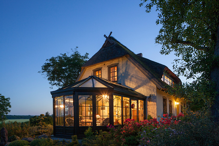 Romantischer Wintergarten bei Nacht mit Beleuchtung Wintergarten im Landhausstil von masson GmbH Landhaus