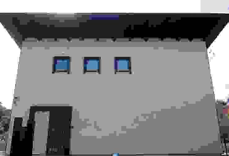 土壁漆喰の大壁 クラシカルな 家 の 青戸信雄建築研究所 クラシック