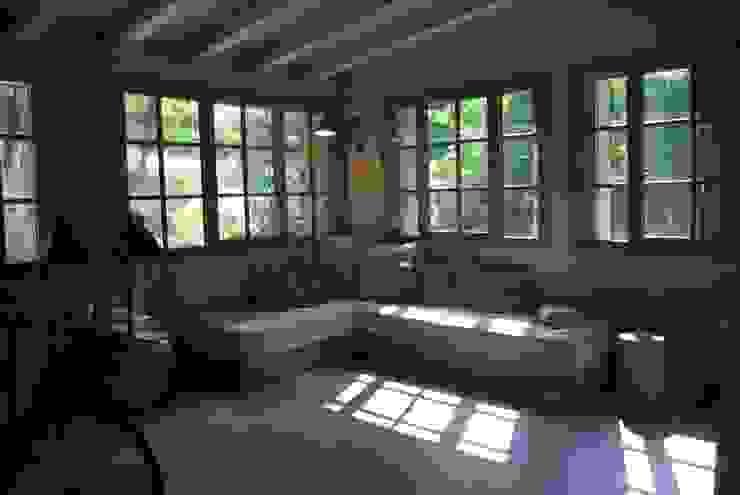Phòng ngủ phong cách mộc mạc bởi Architetto Silvia Giacobazzi Mộc mạc