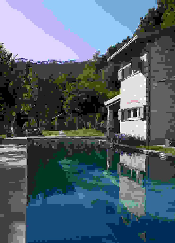 Hồ bơi phong cách mộc mạc bởi Architetto Silvia Giacobazzi Mộc mạc
