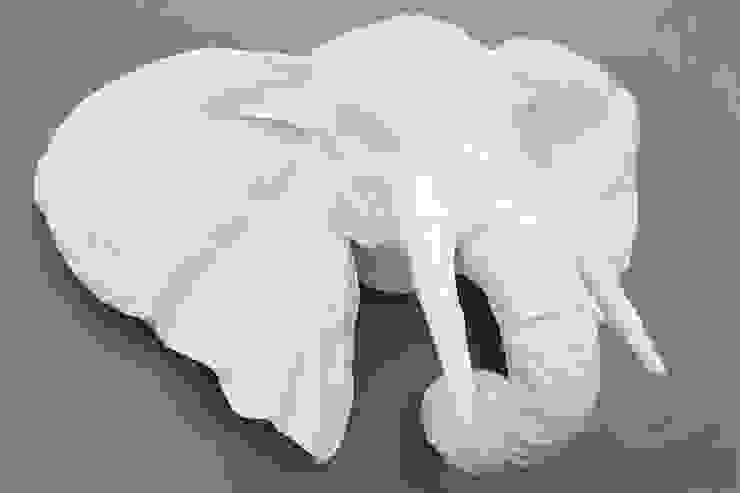 Trophées blancs en papier mâché par Marie TALALAEFF