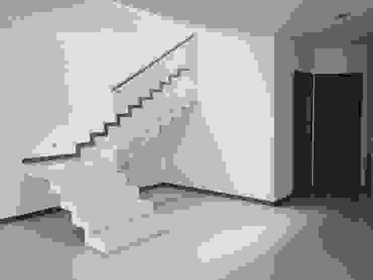 Valle Real: Pasillos y recibidores de estilo  por Arki3d, Moderno