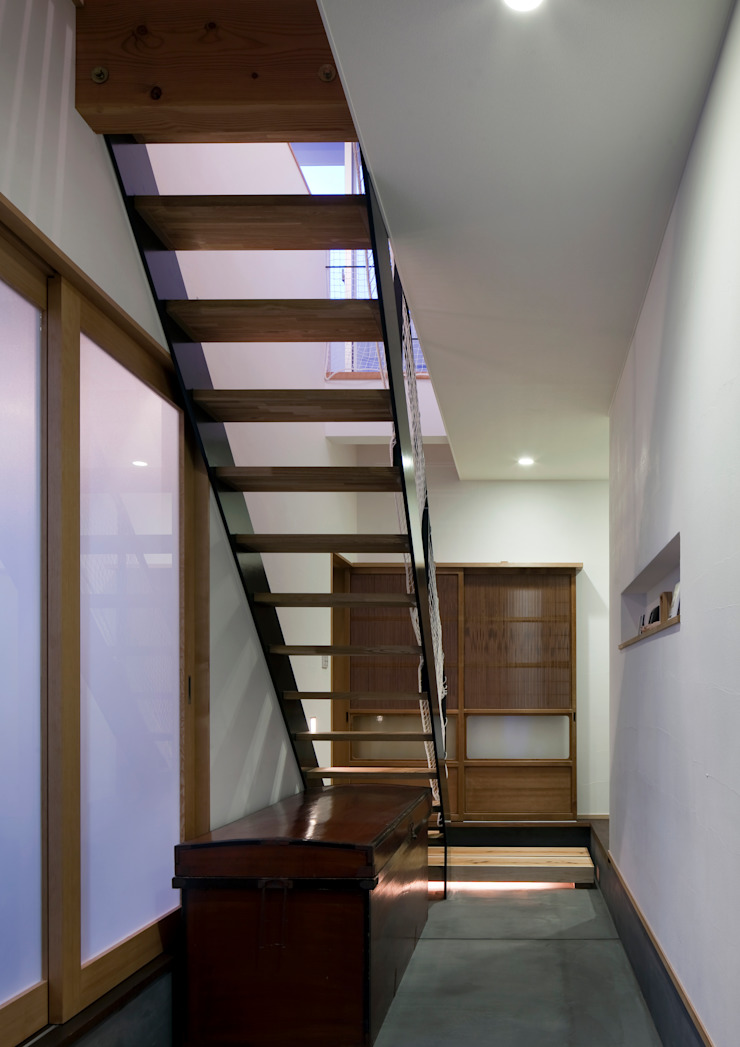 Eclectic corridor, hallway & stairs by C lab.タカセモトヒデ建築設計 Eclectic