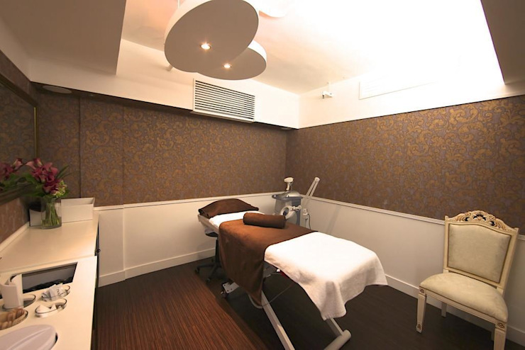 Waxing and facial treatment room Modern offices & stores by Oui3 International Limited Modern