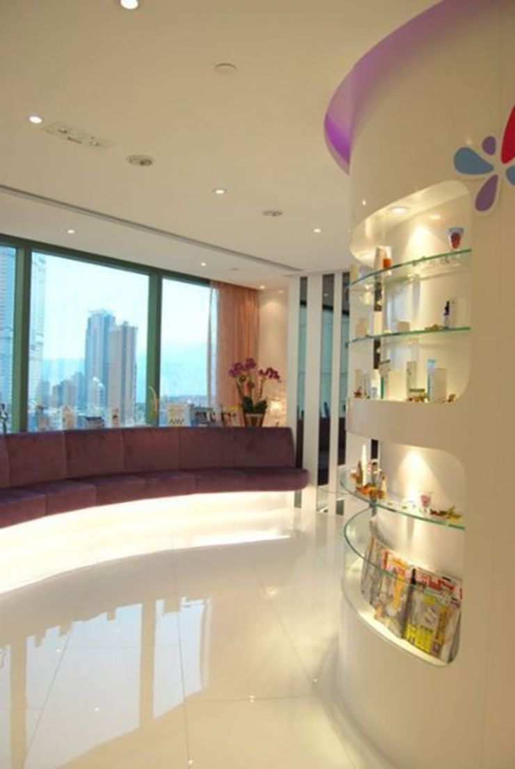 Display wall and seating area. Oui3 International Limited Modern offices & stores