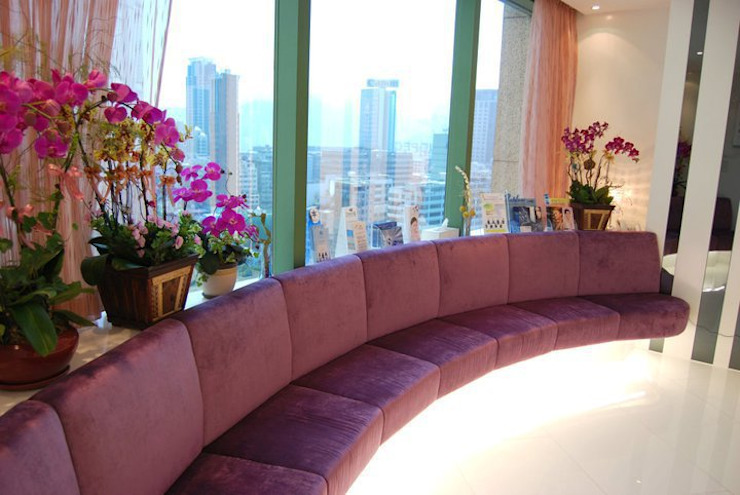 Client seating area. Oui3 International Limited Modern offices & stores