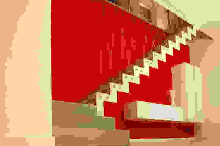 Crossroads Stair Ingresso, Corridoio & Scale in stile moderno di PIETRO BOLIS, architetto Moderno