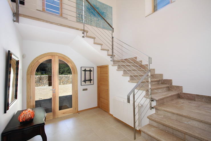 Classic style corridor, hallway and stairs by Jaume March Muntaner Classic