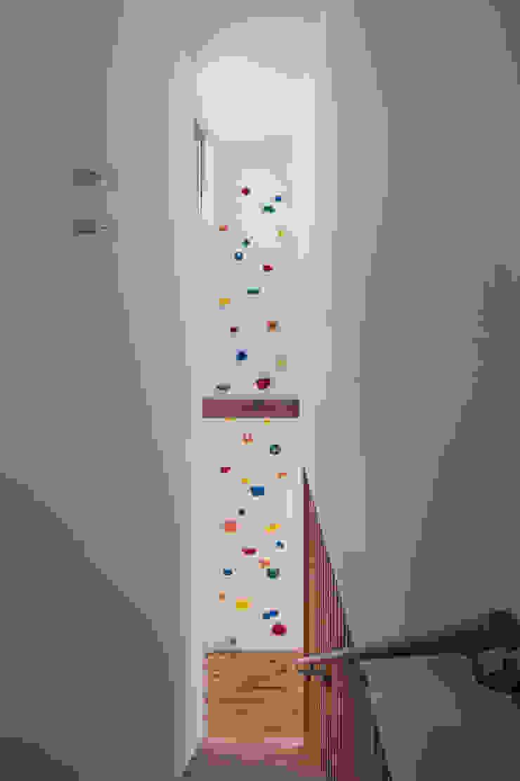 クライミングウォールのある家 ミニマルスタイルの 玄関&廊下&階段 の C lab.タカセモトヒデ建築設計 ミニマル