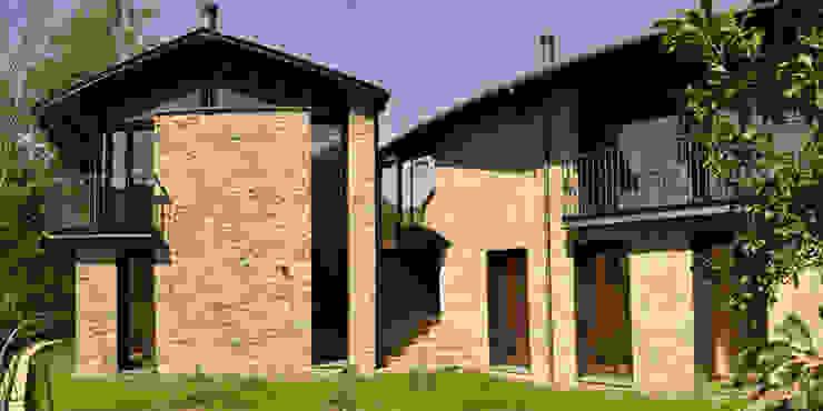Casas para gemelas en los Pirineos de ARQUITECTES CERDANYA Escandinavo