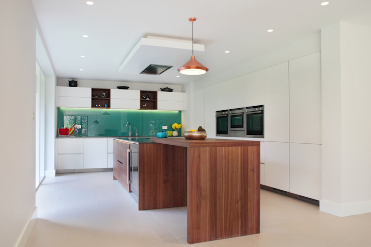 Contemporary Kitchen in Walnut and White Glass Modern kitchen by in-toto Kitchens Design Studio Marlow Modern