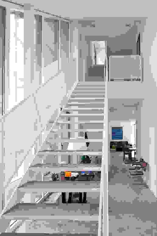 habitación con vistas:  de estilo industrial de hollegha arquitectos, Industrial