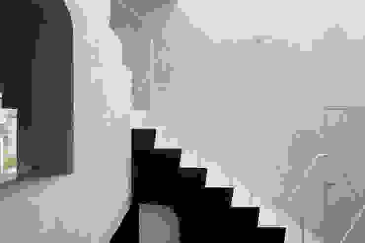 内の家 モダンスタイルの 玄関&廊下&階段 の 坂牛卓一級建築士事務所+O.F.D.A./Taku Sakaushi architects + O.F.D.A. モダン