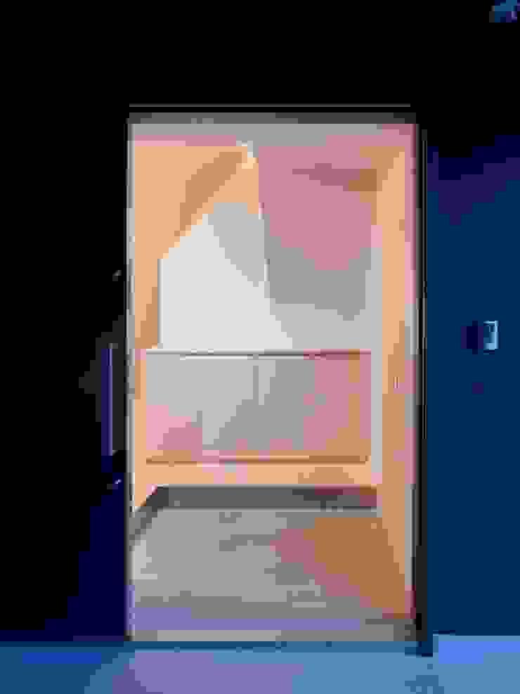 青戸の住宅 ミニマルスタイルの 玄関&廊下&階段 の ハイランドデザイン一級建築士事務所 ミニマル