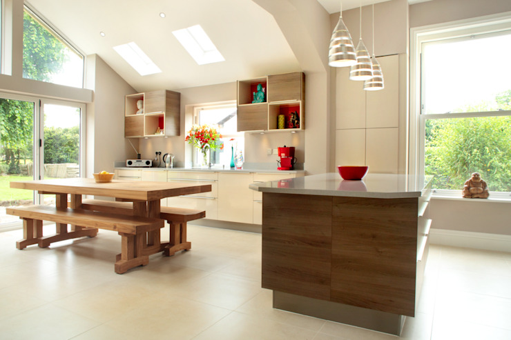 Contemporary Kitchen in 19th Century Home Cozinhas modernas por in-toto Kitchens Design Studio Marlow Moderno