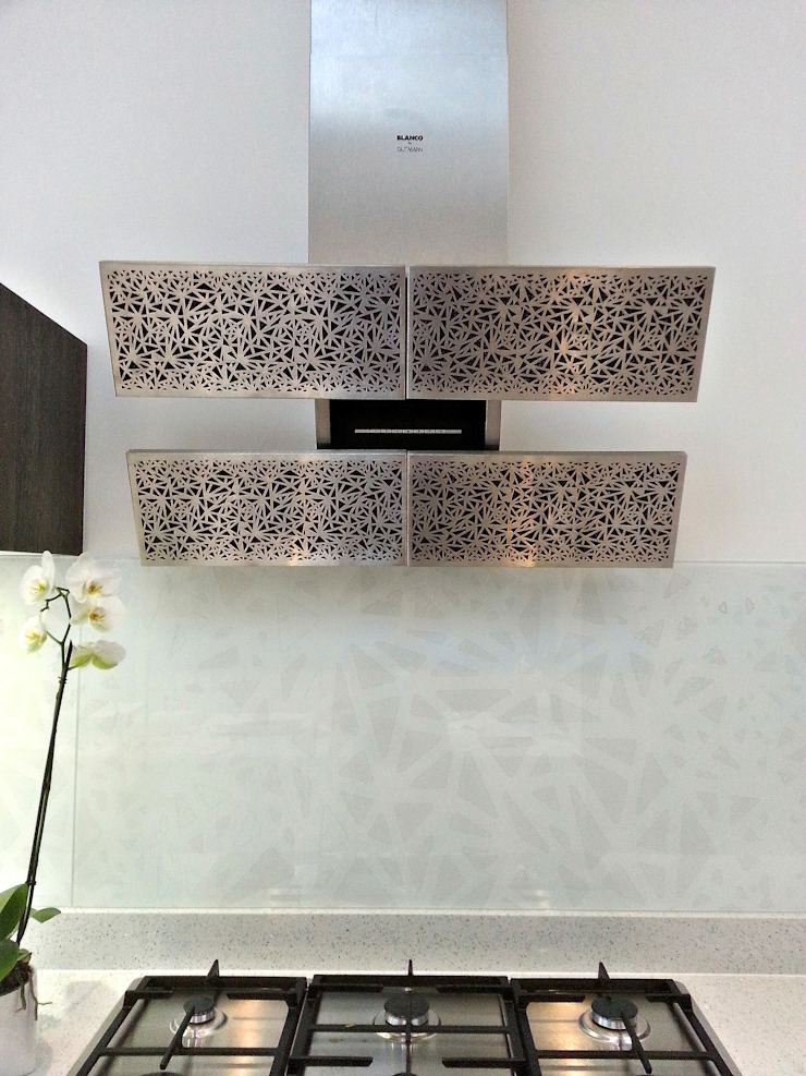 Bespoke splashback- interpretation of Blanco Arte by Gutman extractor hood: minimalist  by Glartique Ltd, Minimalist