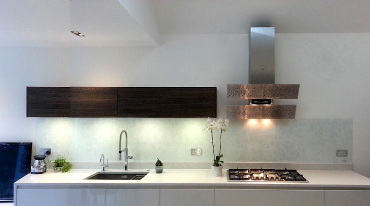 Bespoke splashback- interpretation of Blanco Arte by Gutman extractor hood de Glartique Ltd Minimalista