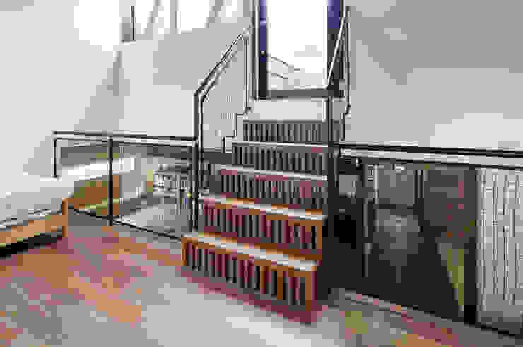 Concave Roof House No.2 Moderner Flur, Diele & Treppenhaus von Jun Yashiki & Associates Modern