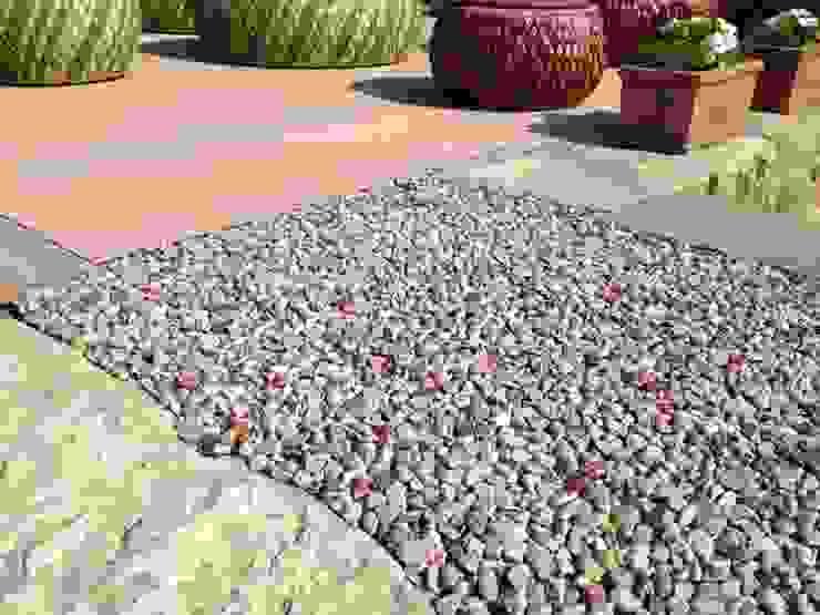Pavimentazione drenante in ghiaia resinata Rizzi Giardini - Garden & Exterior Design Giardino moderno