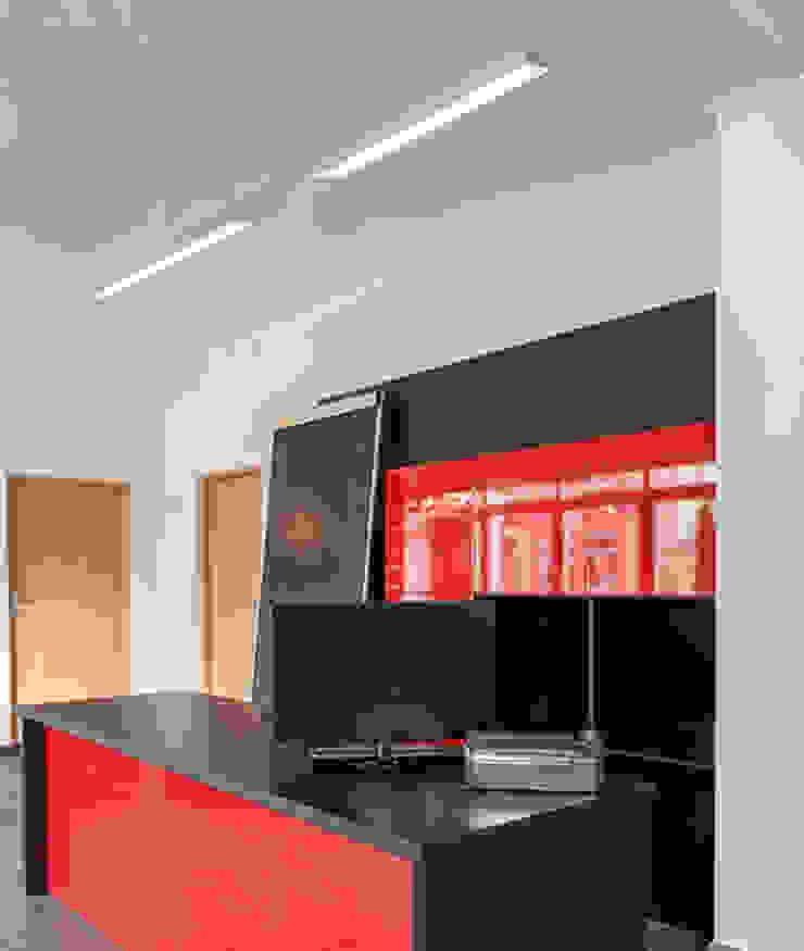 p.flat Aufbauleuchte: modern  von planlicht GmbH & Co KG,Modern
