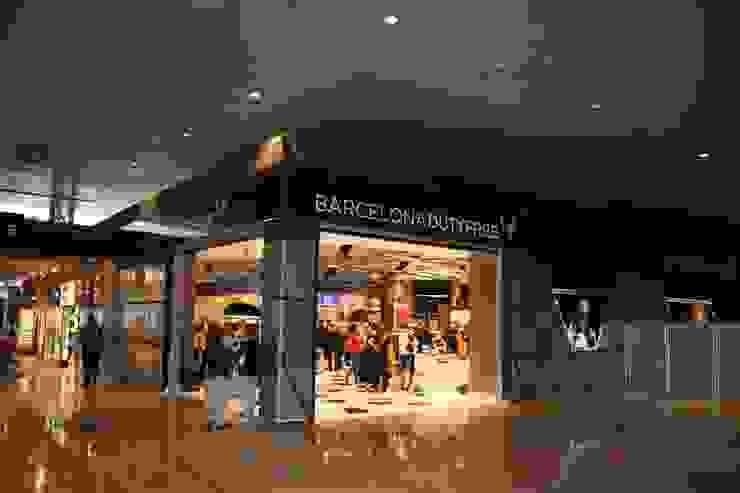 Comercio en aeropuerto El Prat (Barcelona) Espacios comerciales de estilo moderno de URBAQ arquitectos Moderno