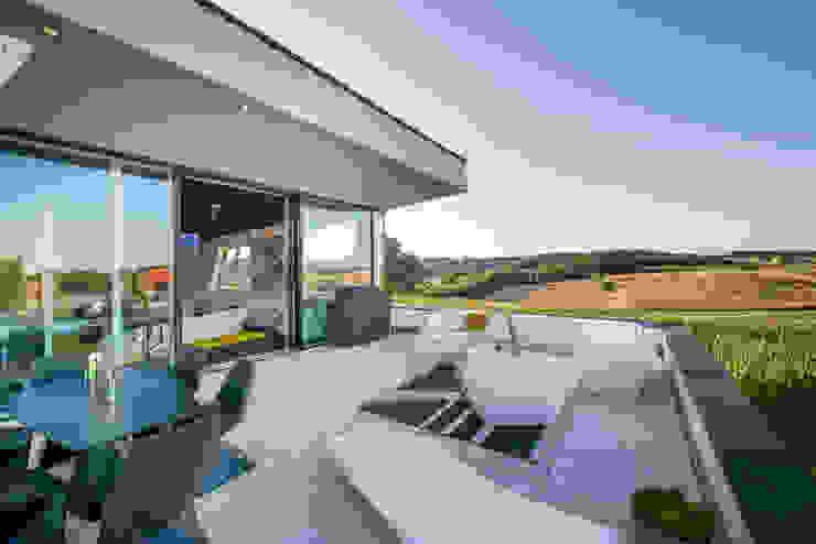 Balcones y terrazas modernos de FLOW.Architektur Moderno