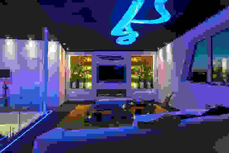 Modernes Wohnzimmerdesign mit LED und Gaskamin Moderne Wohnzimmer von homify Modern