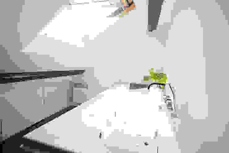 Modern kitchen by Solenne Brugiroux Architecte Modern