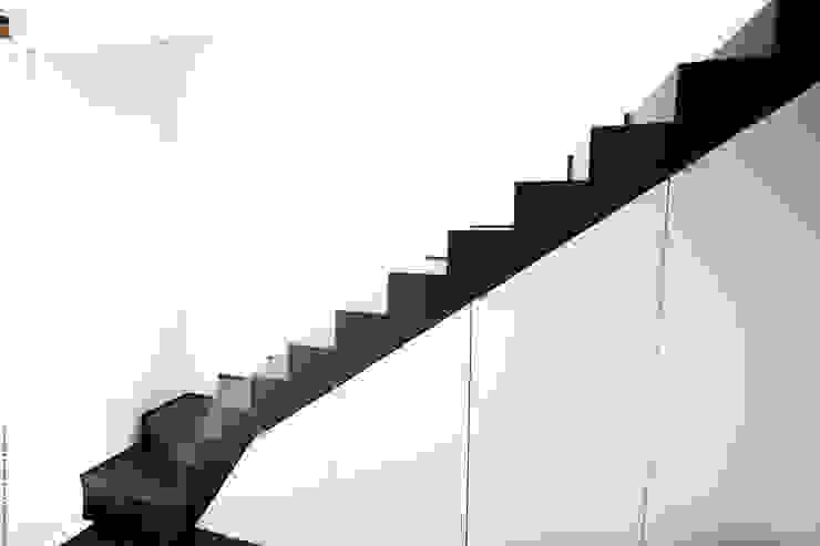 Moderner Flur, Diele & Treppenhaus von Solenne Brugiroux Architecte Modern
