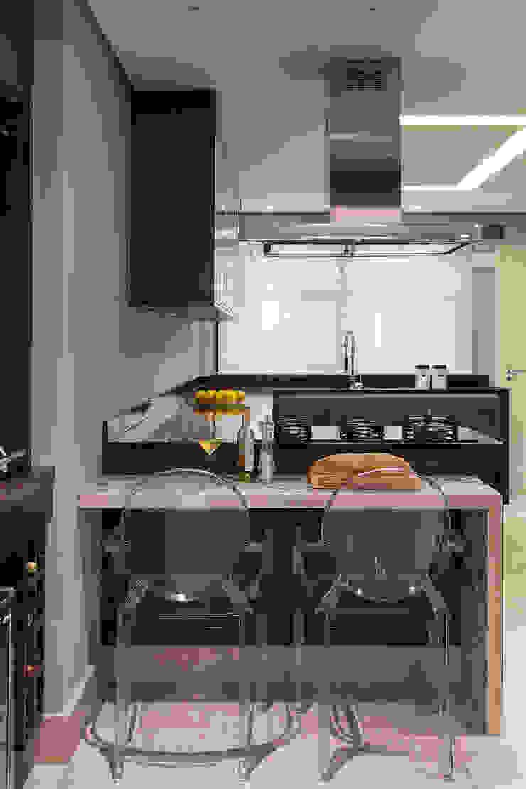 Modern kitchen by Lore Arquitetura Modern