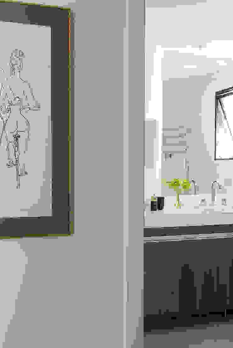 Minimalist style bathroom by Lore Arquitetura Minimalist