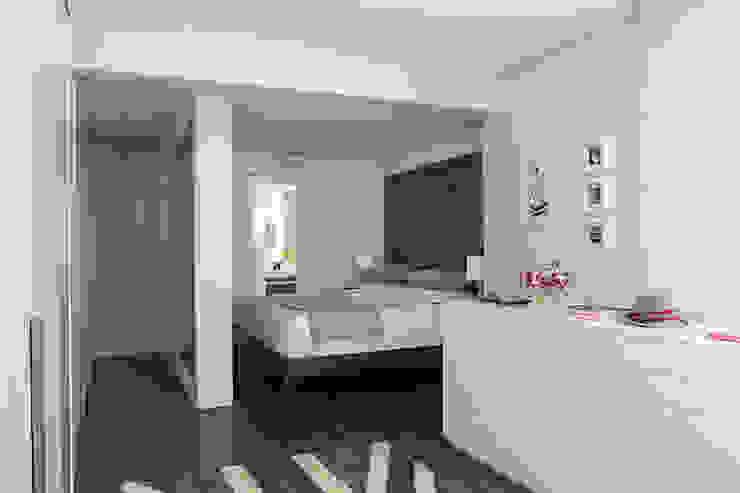 Modern dressing room by Lore Arquitetura Modern