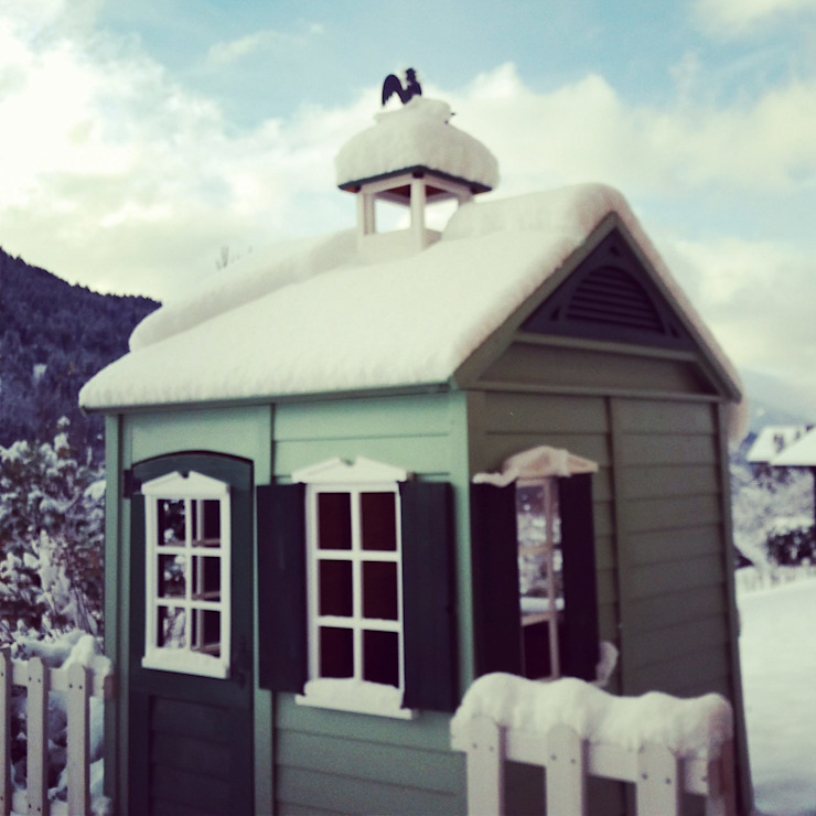 Children's Playhouse In Winter Snow Jardins clássicos por Selwood Products Ltd Clássico