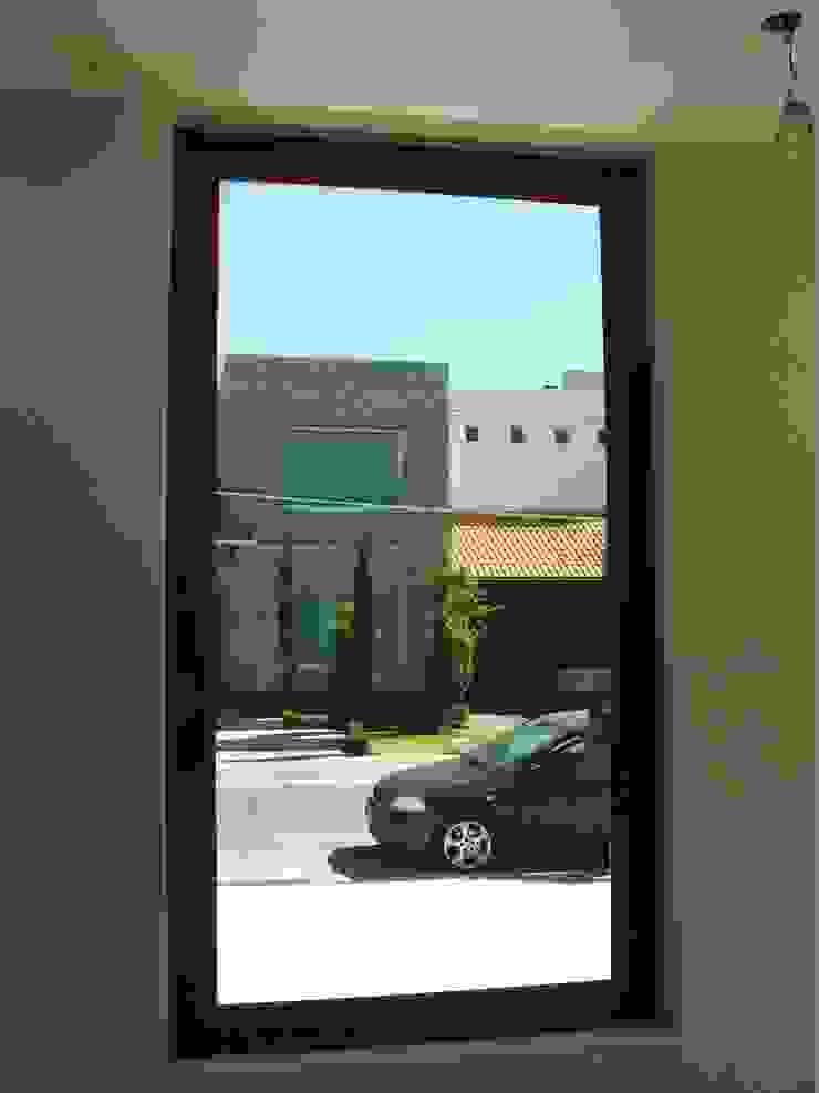 Interiores en Madera exterior Aluminio Puertas y ventanas modernas de Multivi Moderno