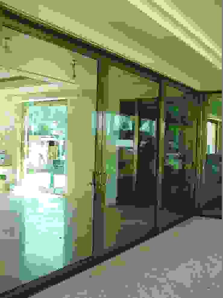 Acceso trasero Puertas y ventanas minimalistas de Multivi Minimalista