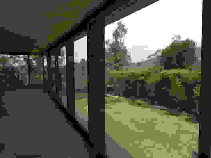 Diseños Elevables Puertas y ventanas modernas de Multivi Moderno