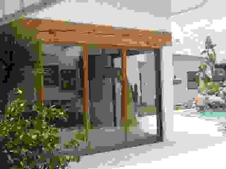 Ambientes Tropicales Puertas y ventanas tropicales de Multivi Tropical