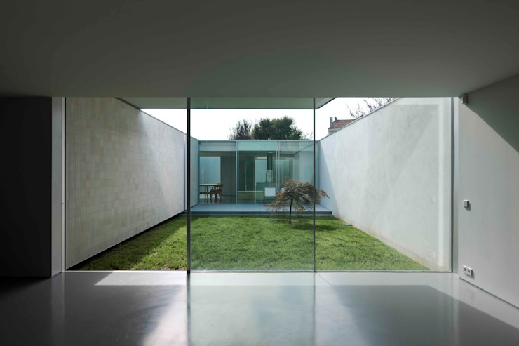 Casa Ricardo Pinto CORREIA/RAGAZZI ARQUITECTOS Modern Windows and Doors