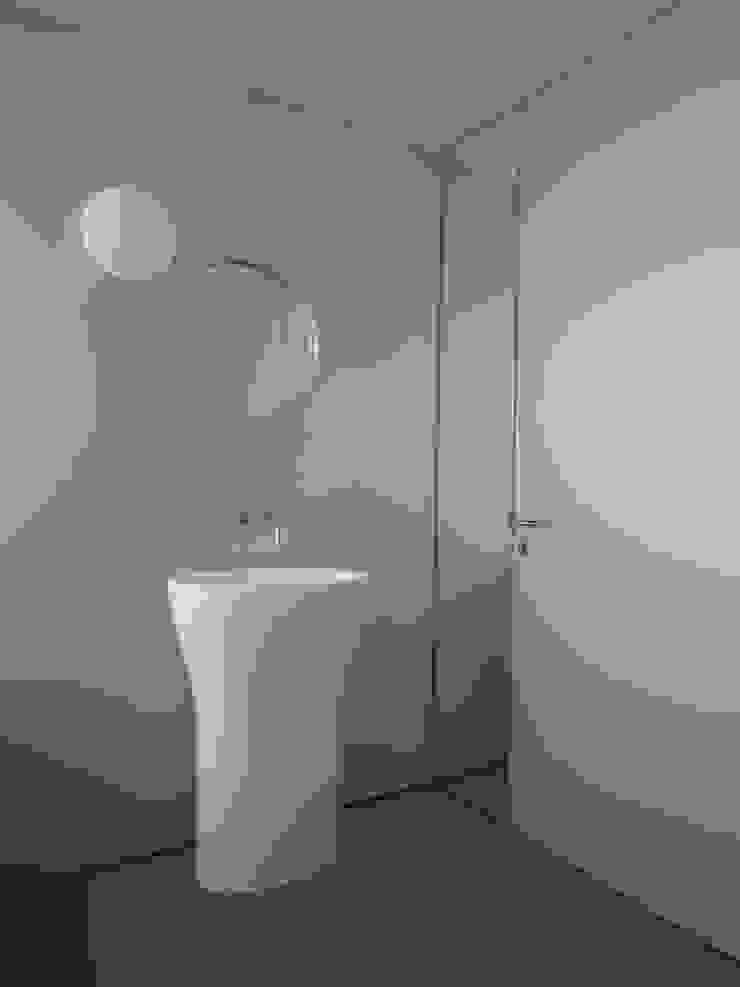 Casa Ricardo Pinto Casas de banho modernas por CORREIA/RAGAZZI ARQUITECTOS Moderno