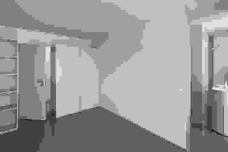 Casa Ricardo Pinto Paredes e pisos modernos por CORREIA/RAGAZZI ARQUITECTOS Moderno