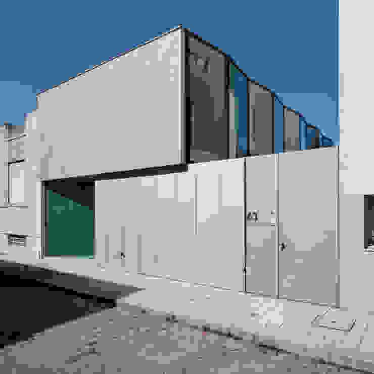 Casa Ricardo Pinto Moderne Häuser von CORREIA/RAGAZZI ARQUITECTOS Modern