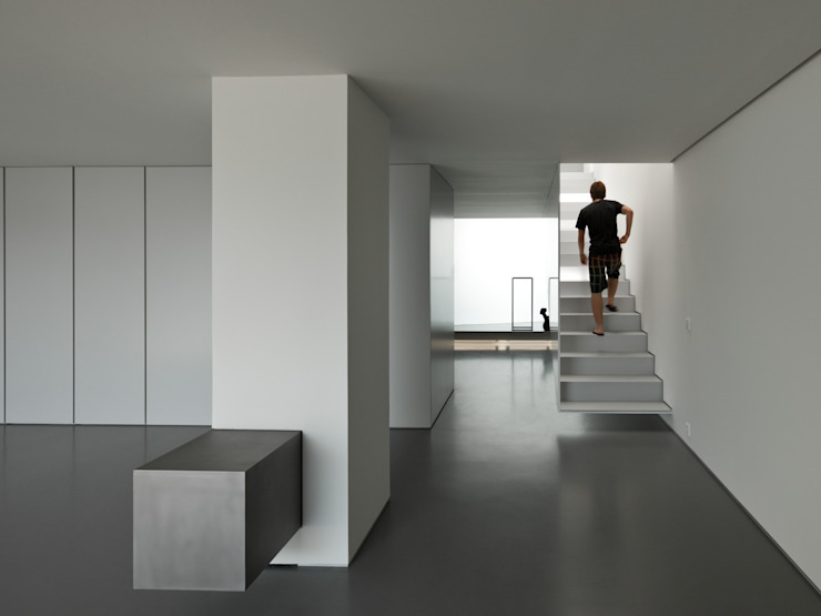 Casa Ricardo Pinto Corredores, halls e escadas modernos por CORREIA/RAGAZZI ARQUITECTOS Moderno
