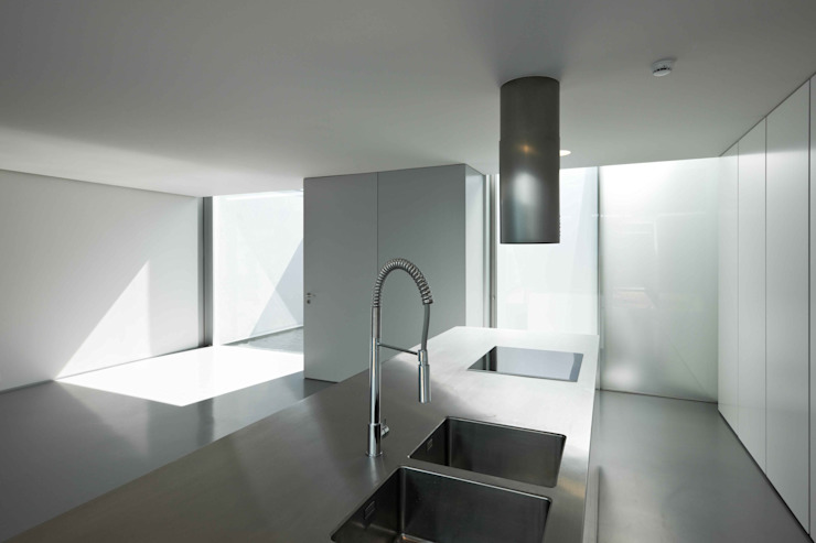 Casa Ricardo Pinto Cozinhas modernas por CORREIA/RAGAZZI ARQUITECTOS Moderno